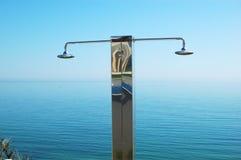 Duschen Sie nahe Swimmingpool im modernen Luxushotel Lizenzfreie Stockfotografie