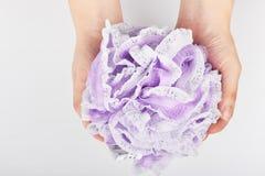 Duschen som exfoliating, gnider tvättar handskar för hudbrunnsortbad sid den magiska handduken för kroppmassageskalning fotografering för bildbyråer
