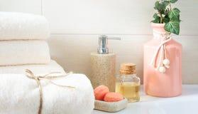 Duschgegenstände, saubere Tücher, Seife und Öl im Badezimmer lizenzfreies stockbild