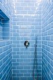 Duschrum som göras av tegelstenar och kulöra blått royaltyfria foton