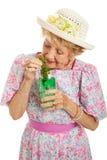 Duselige ältere Dame Drinking Cocktail lizenzfreie stockfotografie