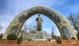 DUSHANBE TAJIKISTAN-MARCH 15,2016; Monumentet av Rudaki i mitten av staden Arkivbilder