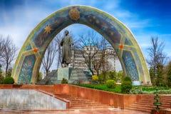 DUSHANBE TAJIKISTAN-MARCH 15,2016; Monumentet av Rudaki i mitten av staden Arkivbild