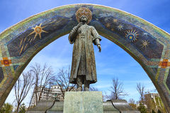 DUSHANBE, TAJIKISTAN-MARCH 15,2016; O monumento de Rudaki no centro da cidade Imagens de Stock Royalty Free