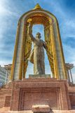 DUSHANBE, TAJIKISTAN-MARCH 15,2016: Statue von Ismoil Somoni in der Mitte der Stadt Stockbilder