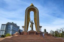 DUSHANBE TAJIKISTAN-MARCH 15,2016: Staty av Ismoil Somoni i mitten av staden Royaltyfri Bild