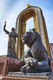 DUSHANBE TAJIKISTAN-MARCH 15,2016: Staty av Ismoil Somoni i mitten av staden Arkivfoto