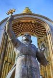 DUSHANBE TAJIKISTAN-MARCH 15,2016: Staty av Ismoil Somoni i mitten av staden Arkivbild