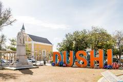 Dushi pela estátua e pela igreja fotografia de stock royalty free