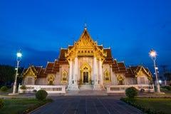 Dusitvanaram del benjamaborphit de Wat o templo del mármol en el crepúsculo foto de archivo