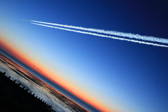 dusk αεροσκαφών αεριωθούμενη νύχτα πτήσης πέρα από τη θάλασσα Στοκ φωτογραφία με δικαίωμα ελεύθερης χρήσης