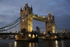 dusk γεφυρών πύργος UK της Αγγ&lambd Στοκ Εικόνες