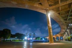 dusk Σινγκαπούρη εικονικής παράστασης πόλης Τοπίο του επιχειρησιακού νεαρού δικυκλιστή της Σιγκαπούρης στοκ φωτογραφίες