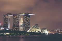 dusk Σινγκαπούρη εικονικής παράστασης πόλης Τοπίο του επιχειρησιακού νεαρού δικυκλιστή της Σιγκαπούρης στοκ εικόνες με δικαίωμα ελεύθερης χρήσης