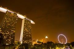 dusk Σινγκαπούρη εικονικής παράστασης πόλης Τοπίο του επιχειρησιακού νεαρού δικυκλιστή της Σιγκαπούρης στοκ εικόνα με δικαίωμα ελεύθερης χρήσης