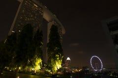 dusk Σινγκαπούρη εικονικής παράστασης πόλης Τοπίο του επιχειρησιακού νεαρού δικυκλιστή της Σιγκαπούρης στοκ εικόνες