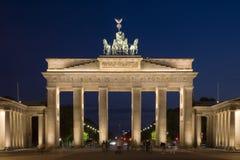 dusk του Βερολίνου Βραδεμβούργο που φωτίζεται πύλη Στοκ Φωτογραφίες
