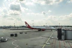 DUSSELDORF, ALEMANHA 3 DE SETEMBRO DE 2017: Airbus A320 Air Berlin no aeroporto de Dusseldorf ao taxiing Imagem de Stock Royalty Free