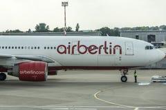 DUSSELDORF, ALEMANHA 3 DE SETEMBRO DE 2017: Airbus A320 Air Berlin no aeroporto de Dusseldorf ao taxiing Fotografia de Stock