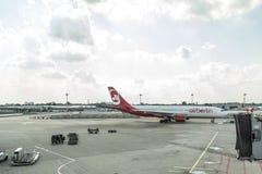 DUSSELDORF, ALEMANHA 3 DE SETEMBRO DE 2017: Airbus A320 Air Berlin no aeroporto de Dusseldorf ao taxiing Fotografia de Stock Royalty Free