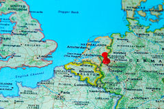 Dusseldorf, Alemanha fixou em um mapa de Europa Fotos de Stock
