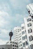 DUSSELDORF, ALLEMAGNE - juin 2017 : les bâtiments du complexe de Neuer Zollhof ont conçu par des architectes de Frank Gehry Images libres de droits