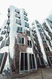 DUSSELDORF, ALLEMAGNE - juin 2017 : les bâtiments du complexe de Neuer Zollhof ont conçu par des architectes de Frank Gehry images stock