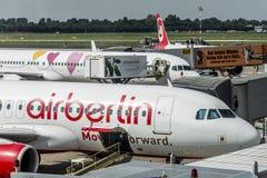 DUSSELDORF, ALLEMAGNE LE 3 SEPTEMBRE 2017 : Airbus A320 Air Berlin à l'aéroport de Dusseldorf tout en roulant au sol Photographie stock