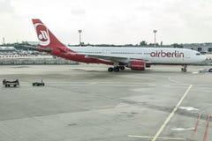 DUSSELDORF, ALLEMAGNE LE 3 SEPTEMBRE 2017 : Airbus A320 Air Berlin à l'aéroport de Dusseldorf tout en roulant au sol Images stock