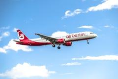 Dusseldorf, Allemagne - 5 octobre 2017 : Atterrissage d'Airberlin Niki Airbus A321 à l'aéroport de Dusseldorf Photo stock