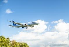 Dusseldorf, Allemagne - 5 octobre 2017 : Atterrissage d'Ana Dreamliner à l'aéroport de Dusseldorf Images stock