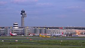 Dusseldorf, Allemagne - 12 octobre 2017 : Atterrissage d'avion d'ADAC à l'aéroport de Dusseldorf banque de vidéos