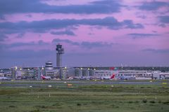 Dusseldorf, Allemagne - 5 octobre 2017 : Le soleil produit des couleurs étonnantes au-dessus de l'aéroport de Duesseldorf Photo stock