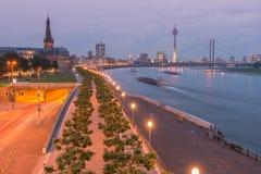 Dusseldorf bij nacht, Duitsland Stock Foto's