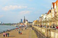 Dusseldorf bulwar z turystami i St Lambertus kościół i Zdjęcie Stock