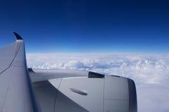 DUSSELDORF - 22 de julho de 2016: Singapore Airlines Airbus A350 nubla-se e céu azul através de uma janela dos aviões Imagem de Stock Royalty Free