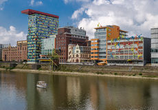 Dusseldorf, Deutschland - 14. September 2014 Panorama mit dem Rhein und ein Boot Lizenzfreies Stockfoto