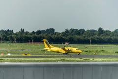 Dusseldorf, Duitsland 03 09 2017: ADAC-de taxivliegtuig van de luchtziekenwagen naar baan om te vertrekken de Internationale Luch stock foto