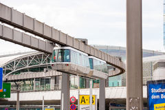 DUSSELDORF, DUITSLAND - JUNI 8, 2017: Hemel-trein Kabelbaan in luchthaven Exemplaarruimte voor tekst royalty-vrije stock fotografie
