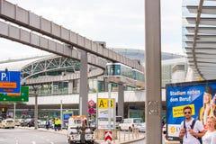 DUSSELDORF, DUITSLAND - JUNI 8, 2017: Hemel-trein Kabelbaan in luchthaven Exemplaarruimte voor tekst Stock Afbeeldingen