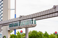 DUSSELDORF, DUITSLAND - JUNI 8, 2017: Hemel-trein Kabelbaan in luchthaven Exemplaarruimte voor tekst Stock Foto's