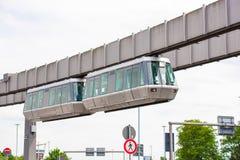 DUSSELDORF, DUITSLAND - JUNI 8, 2017: Hemel-trein Kabelbaan in luchthaven Exemplaarruimte voor tekst Royalty-vrije Stock Afbeeldingen