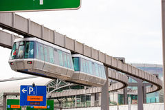 DUSSELDORF, DUITSLAND - JUNI 8, 2017: Hemel-trein Kabelbaan in luchthaven Exemplaarruimte voor tekst Stock Afbeelding