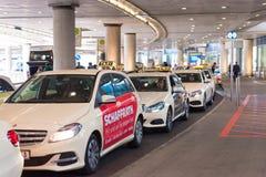 DUSSELDORF, DUITSLAND - JUNI 8, 2017: Taxi op het grondgebied van de luchthaven Exemplaarruimte voor tekst royalty-vrije stock foto