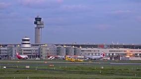 Dusseldorf, Duitsland - Oktober 12 2017: ADAC-vliegtuig die bij de Luchthaven van Dusseldorf landen stock footage