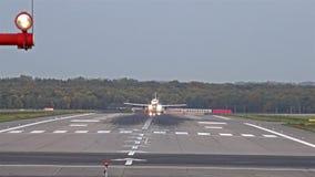 Dusseldorf, Duitsland - Oktober 12 2017: Eurowings-vliegtuig die bij de Luchthaven van Dusseldorf landen stock video