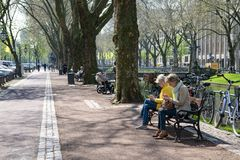 Dusseldorf - gataliv på boulevarden Koenigsallee bredvid Dich Arkivbild