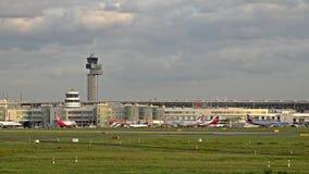 Dusseldorf, Germania - 12 ottobre 2017: il traffico sta passando la rampa dell'aeroporto di Dusseldorf stock footage