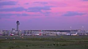 Dusseldorf, Germania - 12 ottobre 2017: il traffico sta passando la rampa dell'aeroporto di Dusseldorf archivi video