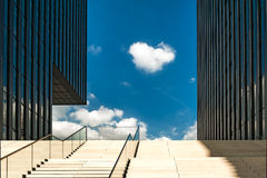 DUSSELDORF, GERMANY-SEPTEMBER 27,2014 : Bâtiment d'affaires avec le stai Image libre de droits